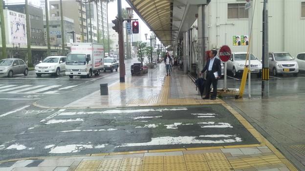 この横断歩道では赤信号でも横断するのに・・・