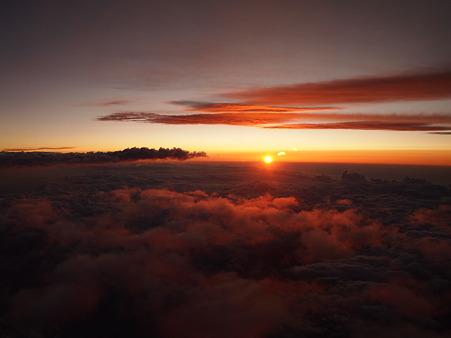 夕日に染まる雲の上