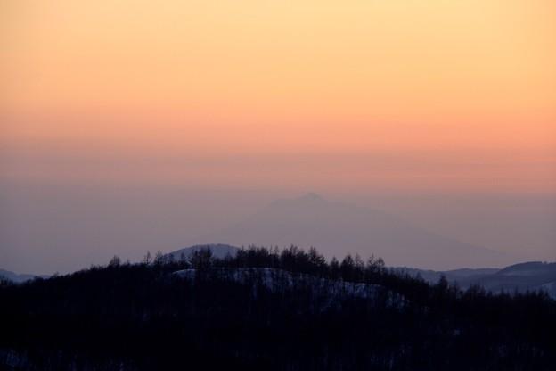 霞みの中に岩木山
