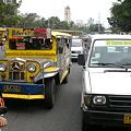 写真: ジプニーとFX(乗り合いタクシー)
