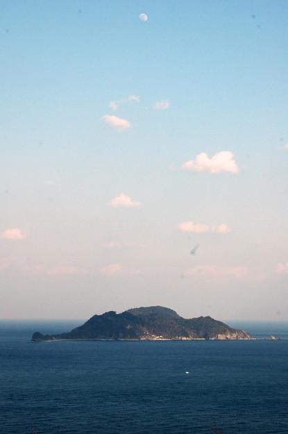 月と空と雲と島と海と海鳥